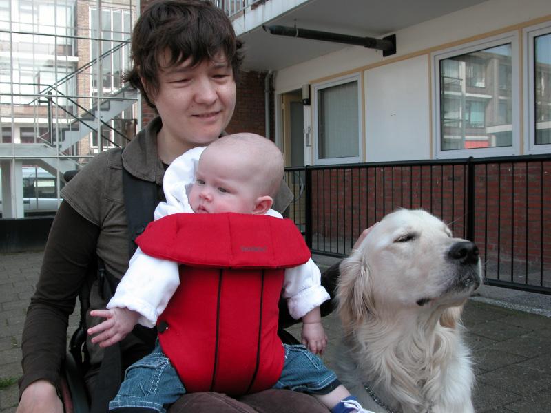 Roosmarijn bij mama op schoot in de BabyBjorn en Ilco is vlak bij.